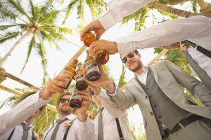 חברים שותים בירה