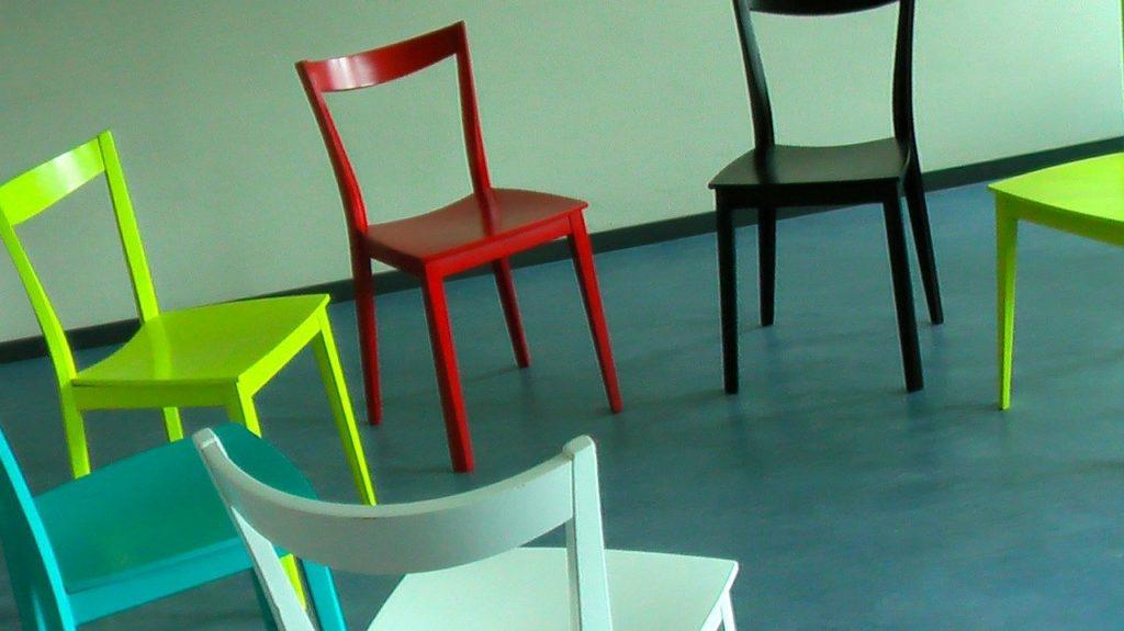 כסאות במגוון צבעים