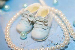 שרשרת וזוג נעליים