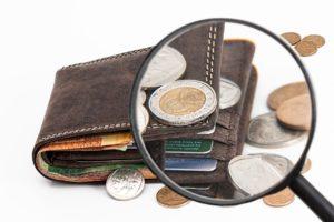 מטבעות, ארנק וזכוכית מגדלת